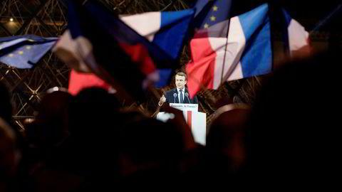 Emmanuel Macron feiret seieren ved Louvre i Paris med sine velgerne natt til mandag.