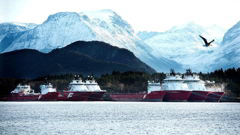 Farstad Shipping er et godt eksempel. Fra obligasjonseierne proaktivt tok kontakt med selskapet tok det ni måneder før vi ble sluppet inn, og i den perioden hadde kontantbalansen krympet med bortimot én milliard. Her offshorebåter fra Farstad Shipping i opplag utenfor Ålesund.