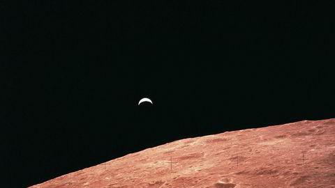 Gull, platina og energiressurser som Helium-3 er blant rikdommene private investorer nå vil høste på månen. Første månelanding for Moon Express kan bare være måneder unna. Bildet er tatt under Apollo 12-ferden i november 1969. Jorda i bakgrunnen.