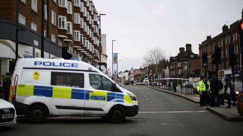 London-politiet har skutt og drept en mann etter at to personer ble skadd i en kvinstikking i det som omtales som en «terrorrelatert» hendelse søndag.