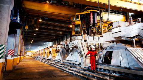 Prosessoperatør Vidar Skår ved aluminiumsverket til Hydro i Høyanger, hvor et nytt kontrollsystem gjør at enhetene kan spores tilbake til den enkelte arbeider, dersom kunden klager. Industribedriftene som er best i klassen på kontinuerlig forbedring, tar lettest spranget inn i robotiseringen og digitaliseringens tid, skriver artikkelforfatteren.