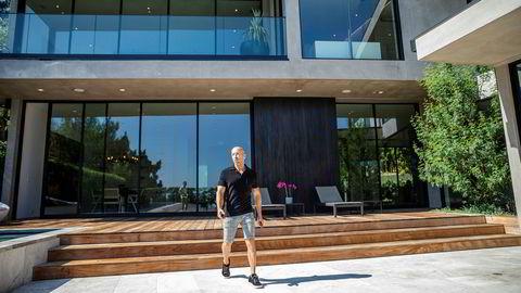 Jason Oppenheim er innehaver og megler i The Oppenheim Group, og firmaet formidler hvert år mellom 80 og 100 boliger i Los Angeles til to millioner dollar og oppover. Dette huset i Hollywood, med prisantydning på rundt 100 millioner kroner, tror han kan få napp i løpet av dager eller uker.