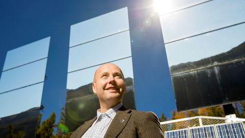 Tinn-ordfører Steinar Bergsland fra Rjukan kan smile fra øre til øre etter superoppgang for hydrogenselskapet Nel.  Her står han foran solspeilene i Rjukan.