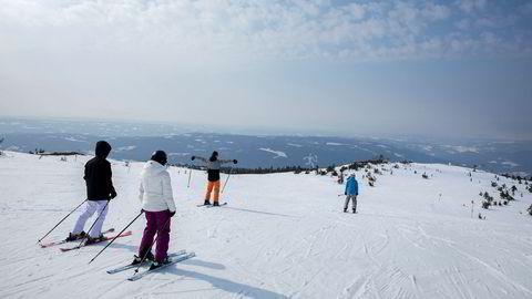 Skiturister koser seg i solen på Hafjelltoppen i Øyer kommune, som topper listen over dyreste fjellhyttekommuner i landet de siste tolv månedene.