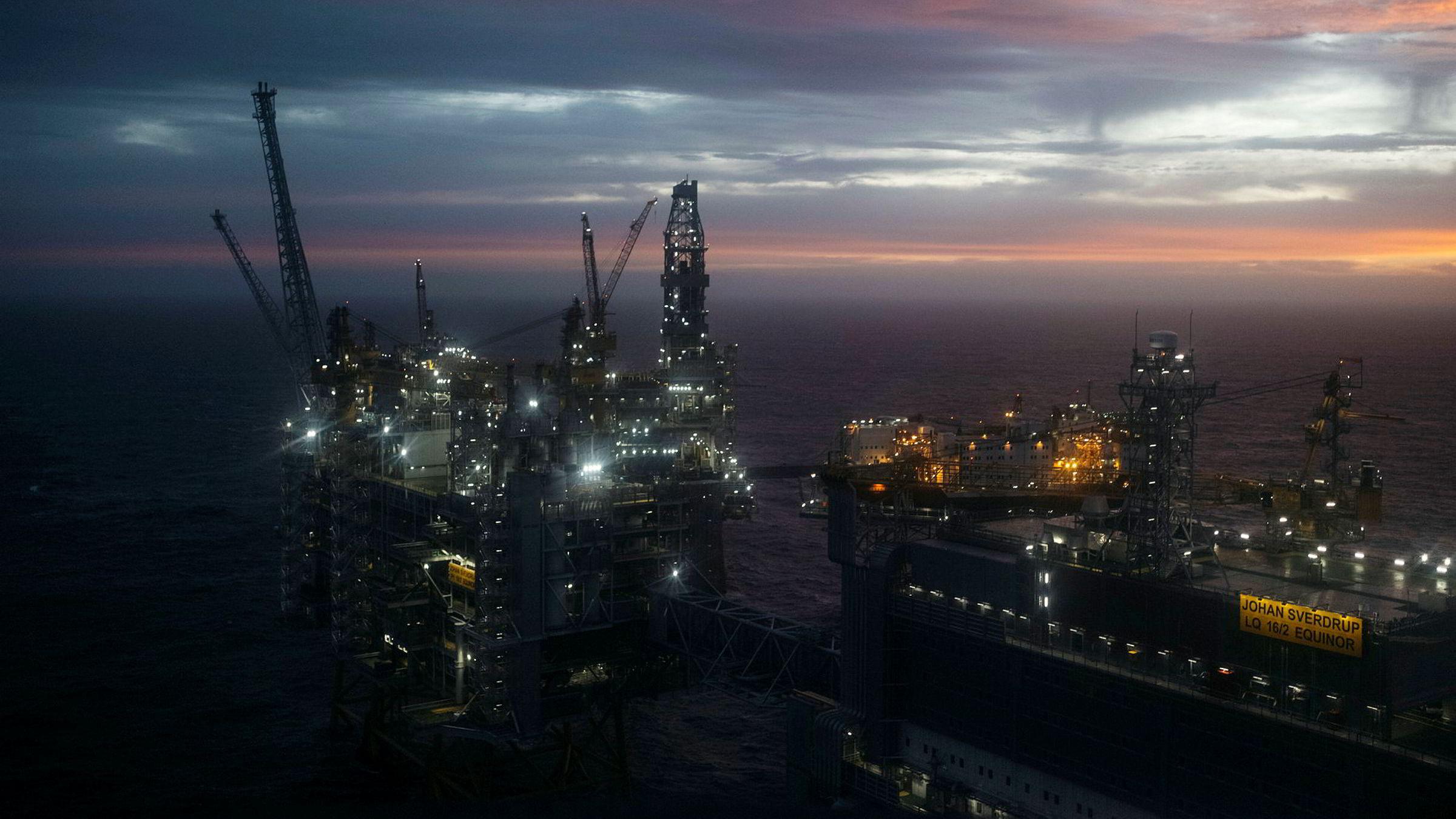 Et grønnere oljefond er ikke et forslag om å investere i grønne aksjer og prosjekter med lav forventet avkastning, mend at man tar hensyn til olje og gass i bakken når man sprer risikoen i Oljefondet, skriver artikkelforfatteren. Johan Sverdrup-feltet (bildet) ble åpnet i februar.