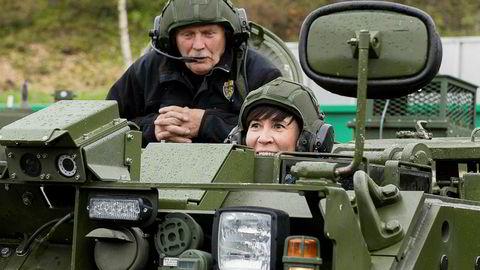 «I Hæren har det vært stor spenning om hva regjeringen vil foreslå når det gjelder stridsvogner. Dagens Leopard-stridsvogner drar på årene og må snart oppgraderes», skriver DNs kommentator. Bildet viser forsvarsminister Ine Marie Eriksen Søreide i en M113-panservogn.
