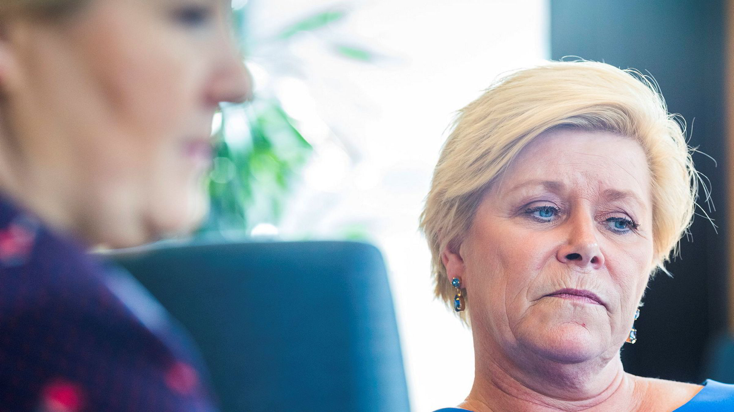 Grått, kjedelig og utvannet kalte Frp-leder og finansminister Siv Jensen denne uken regjeringen til statsminister Erna Solberg (til venstre).