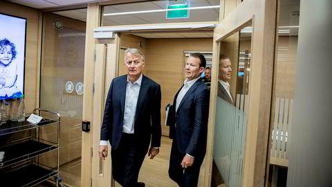 Kommunikasjonsdirektør Thomas Midteide (til høyre) sier DNB tar kritikken fra Finanstilsynet veldig alvorlig. Her med konsernsjef Rune Bjerke.