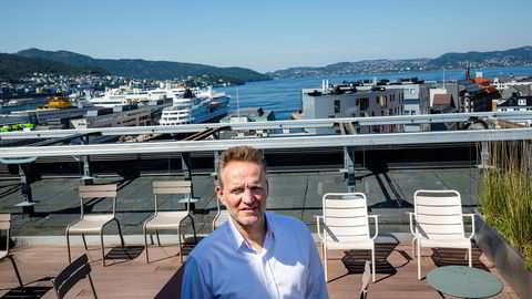 Konsernsjef Jan Erik Kjerpeseth i Sparebanken Vest frykter at utenlandske banker ikke vil stille opp for næringslivet i dårlige tider. I havnen ligger et av skipene til Fjord Line ved kai, og rederiet har sikret seg 150 millioner kroner i «koronalån» gjennom konkurrenten Danske Bank.