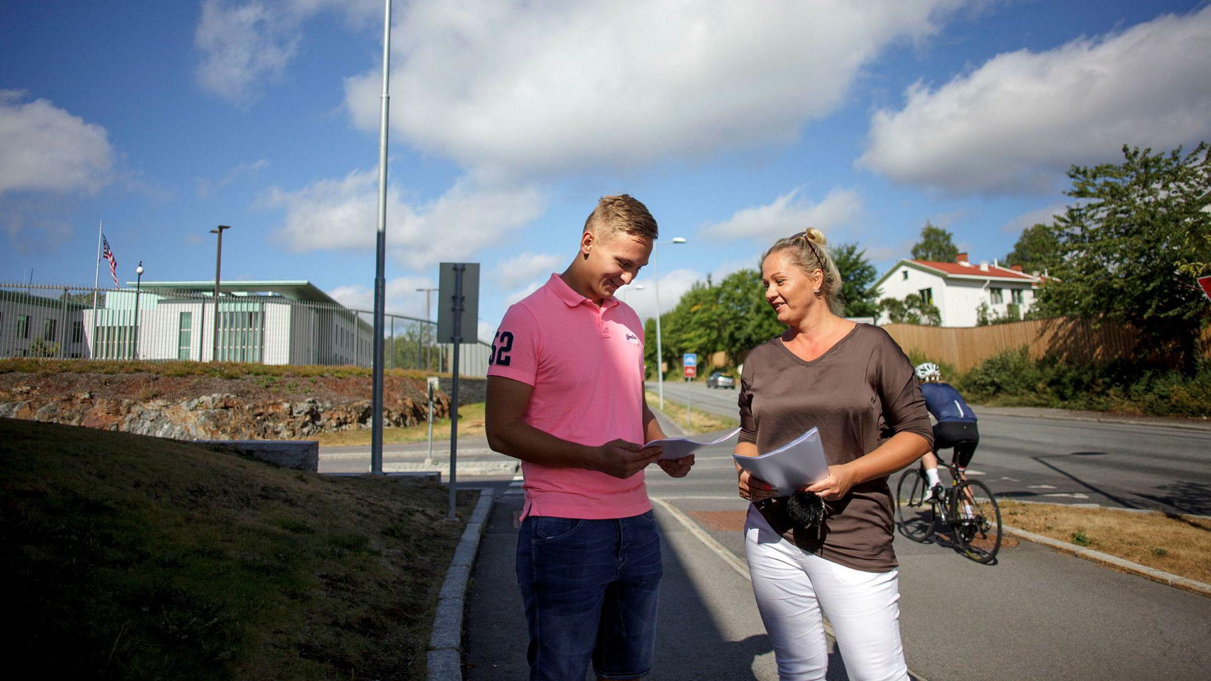 Dominika Andreassen (til høyre) og sønnen Filip Andreassen er utenfor USAs ambassade i Oslo, der de nettopp har søkt om visum på egen hånd. Flere selskaper tjener gode penger på å være mellommenn. Selskapet Visumservice ble nylig solgt for over 100 millioner kroner.