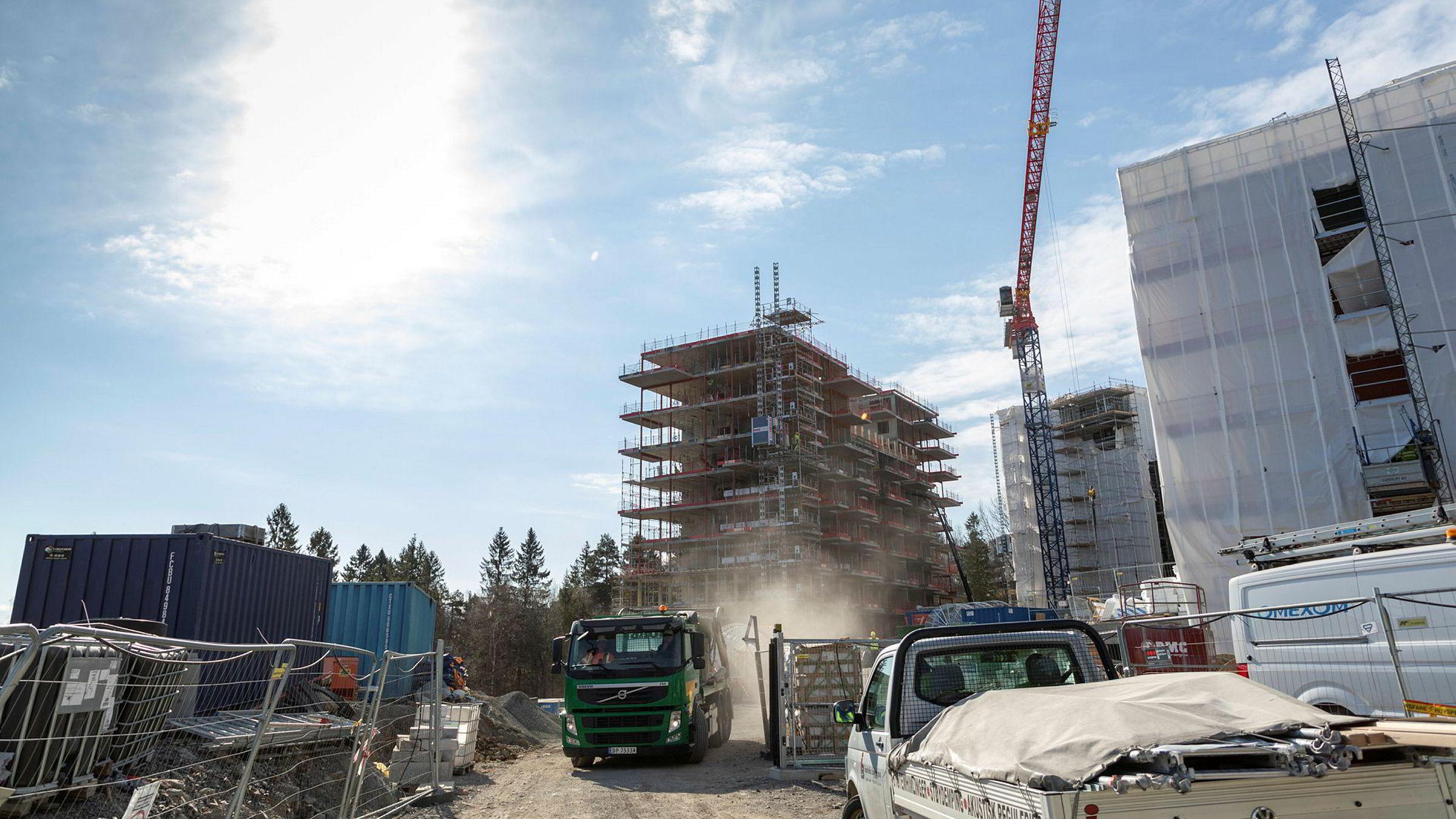 Lavt boligsalg kan gi bråstopp i boligbyggingen fremover. Her ser vi boligbygging i regi av AF-gruppen og Obos i Ostadalsveien på Røa Anleggsplass fra 2019.
