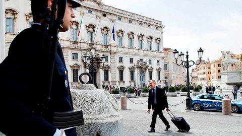 Pakket og klar for ny jobb. Den tidligere IMF-økonomen Carlo Cottarelli (64) ble mandag utpekt som ny statsminister i Italia. Her ankommer han Quirinalet, presidentpalasset i Roma for et møte med president Sergio Matarella.