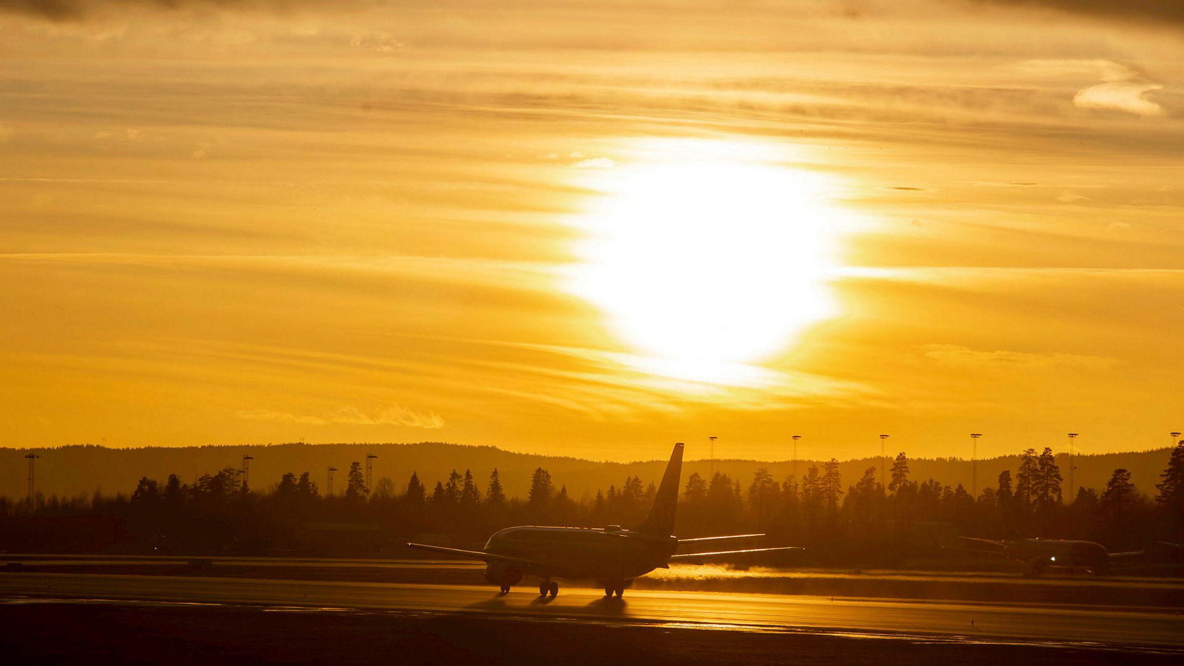 SAS avlyser til Kina. Her et fly fra SAS i solnedgang på østre rullebane på Oslo lufthavn.