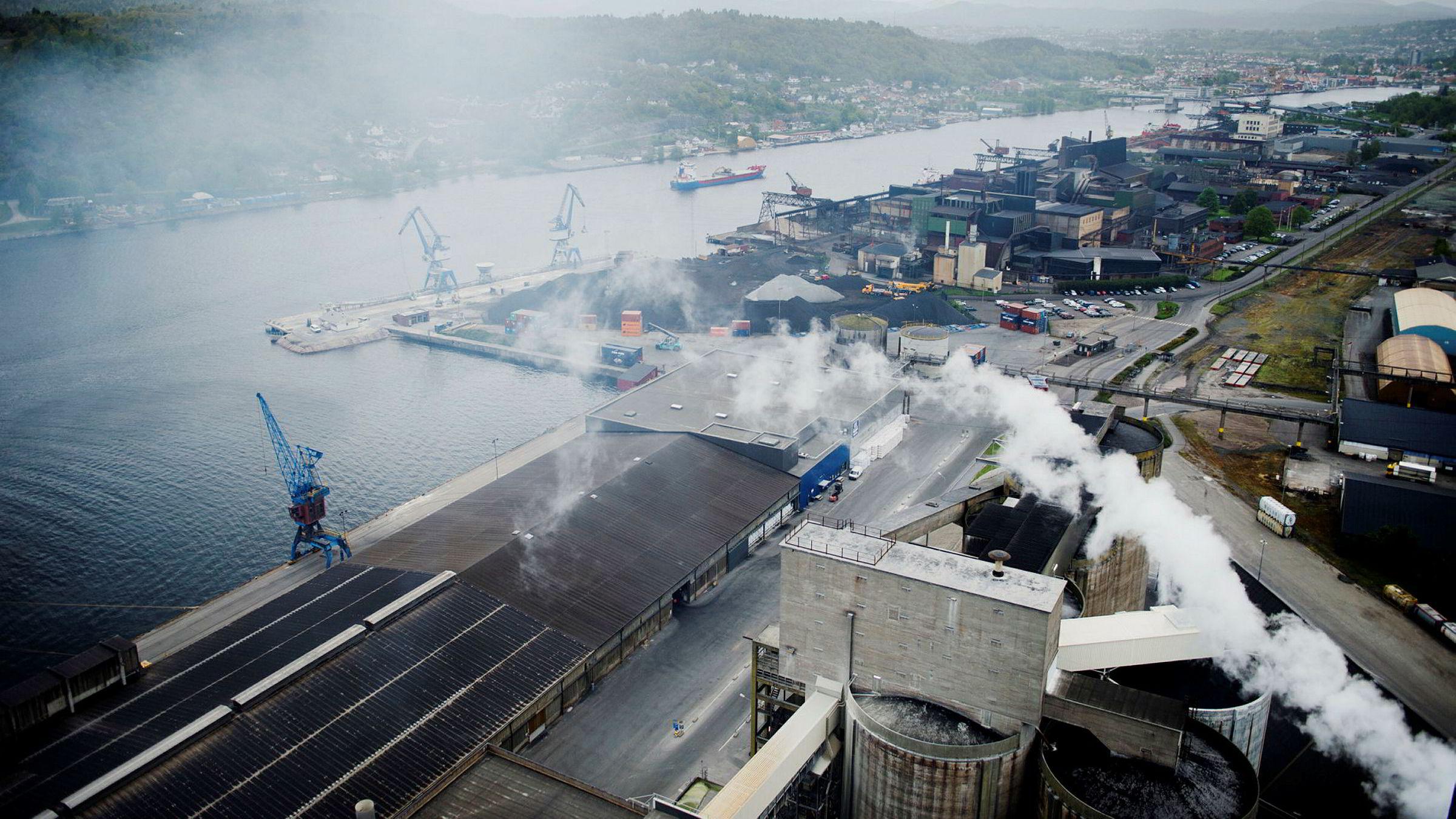 EU-regelverket angir et minstenivå for hvor store utslippskutt landene må bidra med. Norge står fritt til å bestemme hvilke utslippskutt som skal gjøres hjemme, og vi bestemmer hvor kuttene skal tas. Her fra Herøya i Porsgrunn.