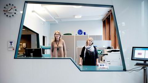 Gudrun Høverstad, tillitsvalgt i Norsk Tjenestemannslag, savner en faglig begrunnelse for flytting av 57 stillinger fra Norges vassdrags- og energidirektorat på Majorstuen. Fra venstre Anne Gunvor Berthling og Gudrun Høverstad i NVE.