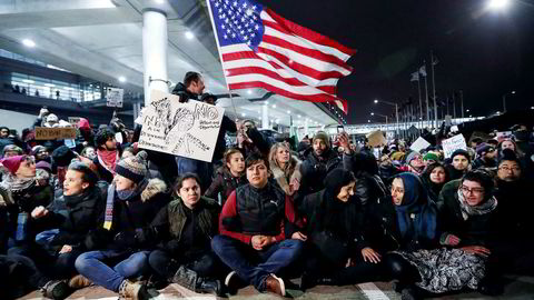 Folk protesterer verden over mot president Donald Trumps innreiseforbud for folk fra utpekte muslimske land. Her fra har folk samlet seg O'Hare-flyplassen i Chicago.