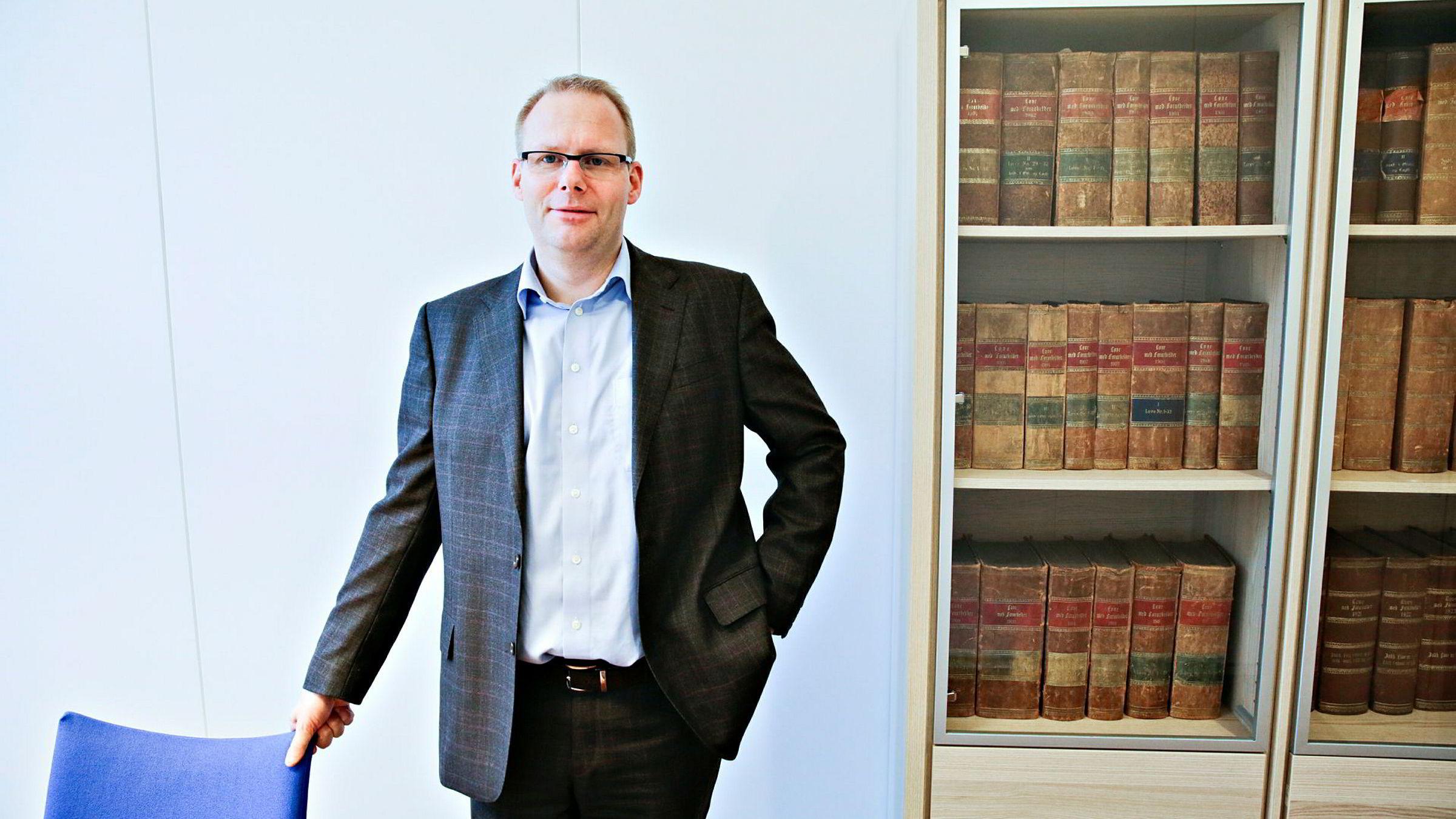 Dommer Morten D. Haldorsen i Bergen tingrett har brukt fem måneder på å vurdere om det skal igangsettes granskning i børsnoterte Oceanteam. Nå kan selskapet gå konkurs før tingretten klarer å ta en beslutning.