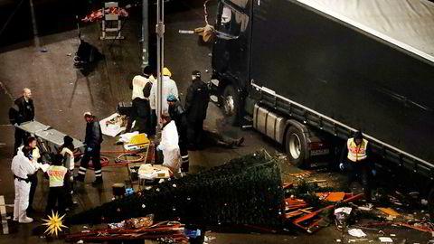 Politiets åstedsgranskere undersøkte tirsdag julemarkedet ved Kaiser-Wilhelm-Gedächtniskirche hvor en traileren kvelden før ble benyttet i et terrorangrep.