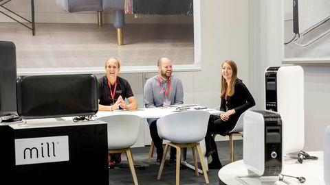 Familiebedriften Mill selger ovner med annerledes design og omsatte i fjor for over 100 millioner kroner for første gang. Her er gründer og administrerende direktør Cato Bryn (til venstre), Philip Bryn-Haugland (medeier) og Ane Bryn-Haugland (kommersiell direktør) på IFA-messen i Berlin i høst.