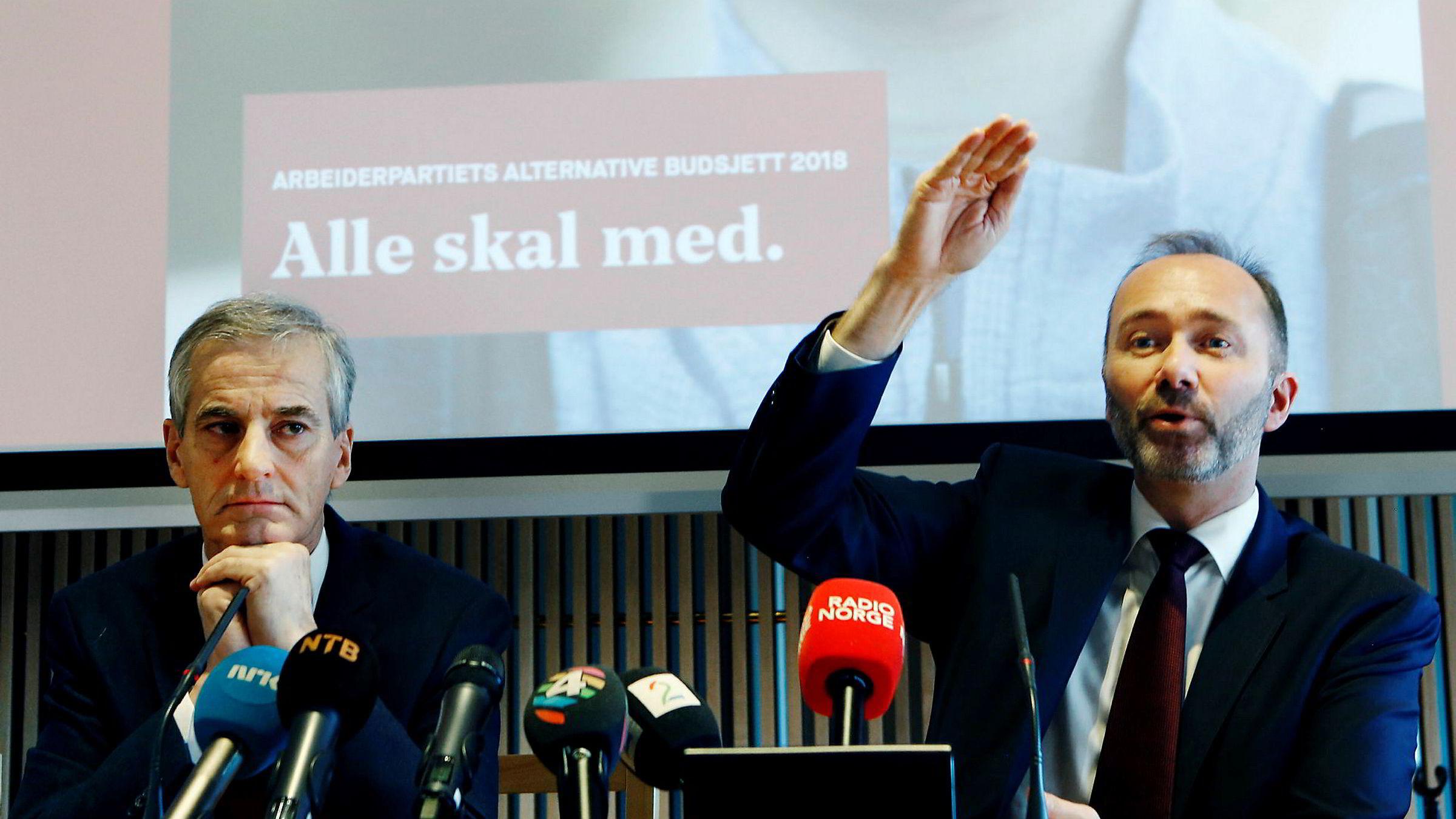 Ap-leder Jonas Gahr Støre mener alle -skal med på stortingsgruppens sommerfest. Her fra en pressekonferanse i november da Trond Giske (til høyre) fremdeles var nestleder og finanspolitisk talsperson. Kristin Svorte