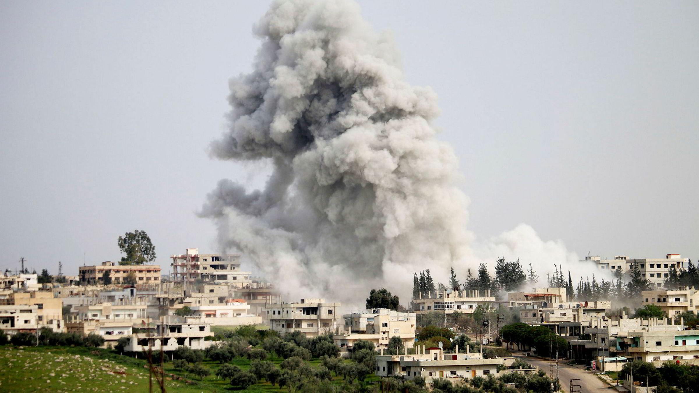 Å beskylde USA for å eskalere konflikten er således å tolke missilangrepet diametralt motsatt av det som trolig er både intensjon og reell effekt. Her fra angrepet på den Syriske byen Daraa 8. april.