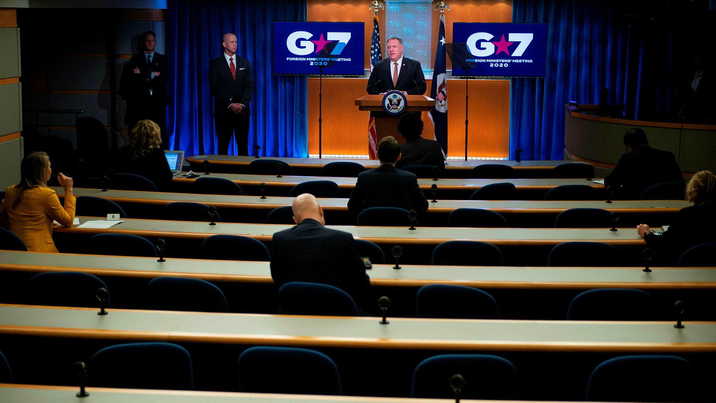 Utenriksminister Mike Pompeo på pressekonferansen onsdag. Det var avstand mellom deltakerne.