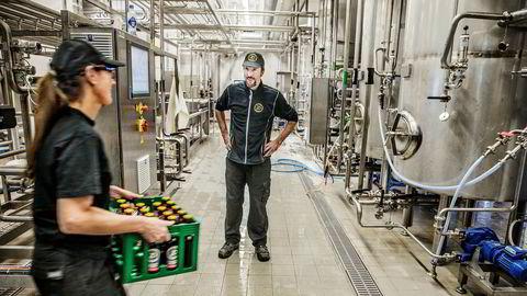 Bryggerimester Wolfgang Lindell er hentet inn fra Carlsberg til Trondheim for å utvikle nye øltyper og å styrke posisjonen innen craft-segmentet. Her sammen med ølkassebærer Bente Otnes.
