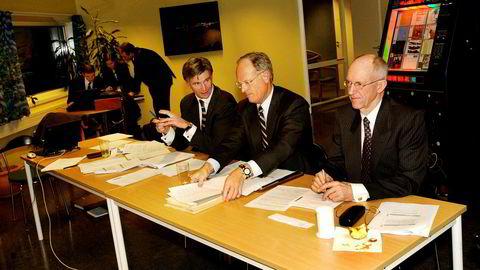 Eventyrer, klatrer, sivilingeniør Ralph Høibakk (79) har lang fartstid i norsk næringsliv. Fredag forsvarte Høibakk, som fyller 80 år i juli, sin doktorgrad i anvendt matematikk. Her fra et styremøte i Tandberg i 2003. Til venstre møteleder Einar J. Greve, styreformann Jan Christian Opsahl og Høibakk, som var styremedlem.