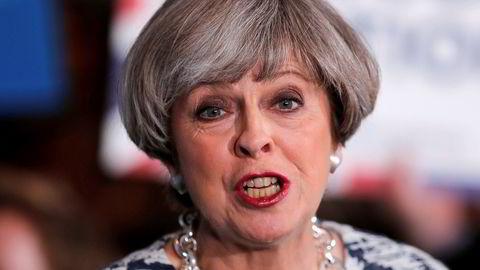 Statsminister Theresa May vil danne regjering til tross for det siste valgresultatet.