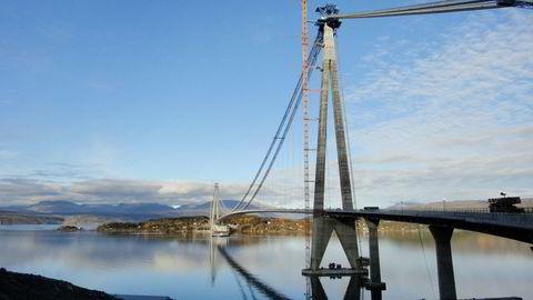 Kinesiske Sichuan Road and Bridge Group vurderer søksmål mot staten etter at de ble ekskludert fra et anbud i Nord-Trøndelag. Her fra bygging av Hålogalandsbrua ved Narvik, der selskapet er entreprenør. Broen står ferdig neste år.