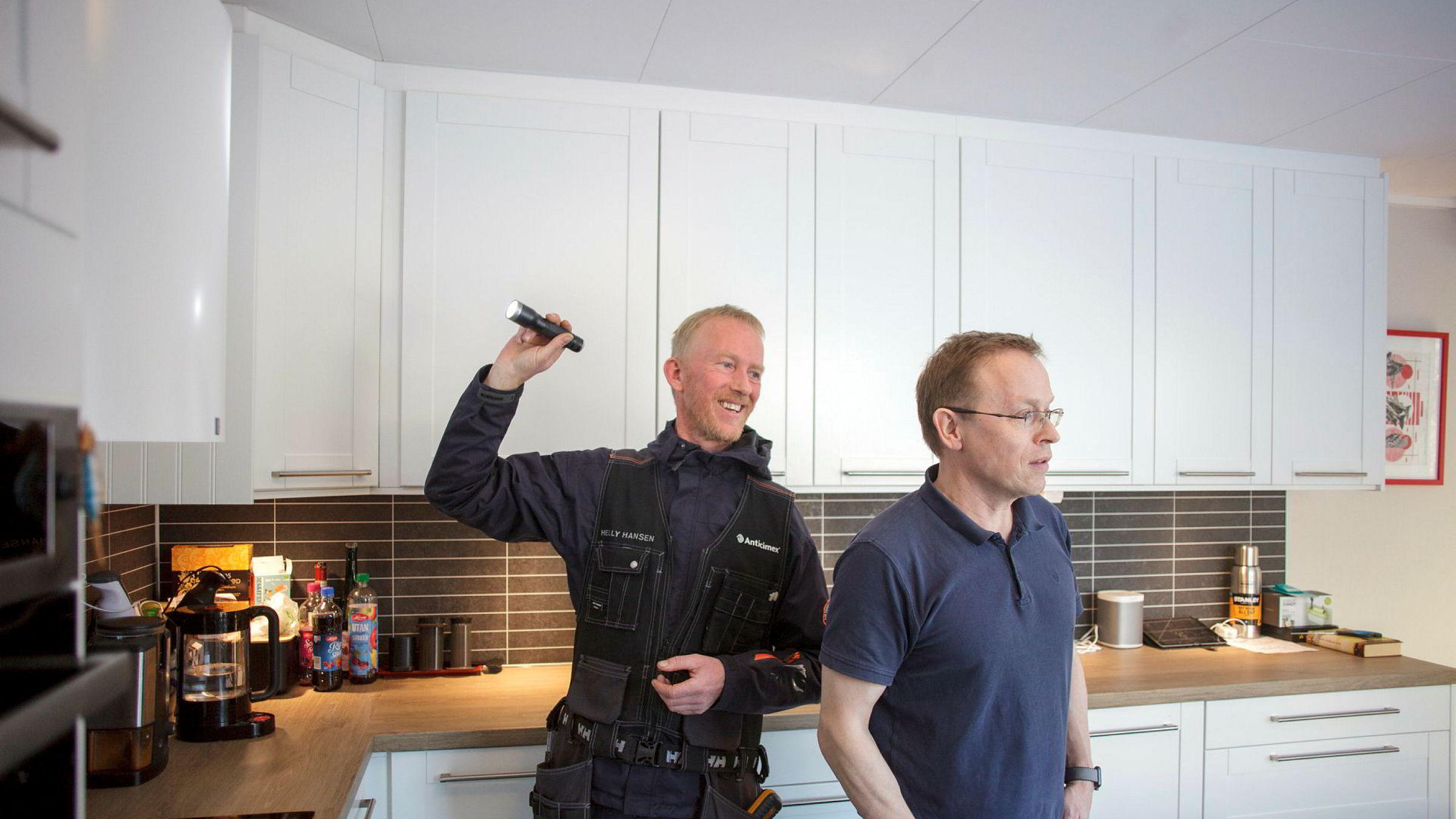 Inspektør Arne Fosse fra Anticimex sjekker tilstanden til boligen til Hakon Kvernes og familien på Skedsmo for å se etter mulige vedlikeholdsbehov. Fosse sier seg stort sett fornøyd med tilstandene.
