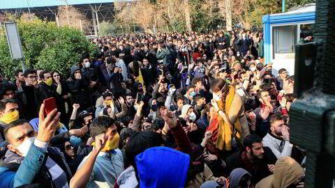 Bildet viser demonstrasjoner i Tehran på lørdag.