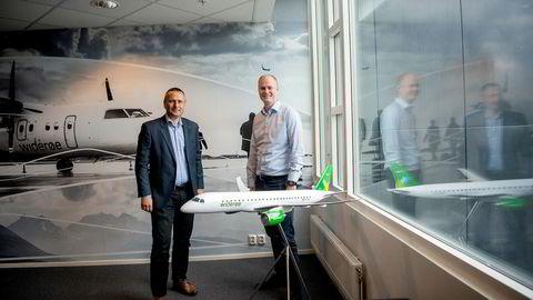 Widerøe-sjef Stein Nilsen (til venstre) og kommersiell direktør Christian Skaug har fått et rungende «ja» til flyreiser i sommer i en undersøkelse blant kundene. De sier det bare er lønnsomt hvis flyene kan fylles uten begrensninger.