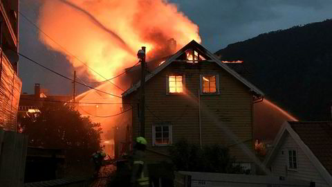 Brannmannskapene jobbet utover natten med å begrense brannen i Sogndal sentrum.