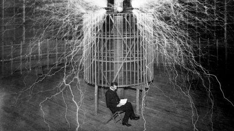 «Vi trenger kunstens metoder, som for eksempel visualisering. Den britiske fysikeren Michael Faraday, den serbisk-amerikanske elektroingeniøren Nikola Tesla og den britiske fysikeren og matematikeren Stephen Hawking har alle fortalt at de visualiserte sine teorier før de satte i gang teoretisk arbeid», skriver kronikkforfatteren. Bildet viser Tesla i sitt laboratorium i Colorado Springs i 1899.