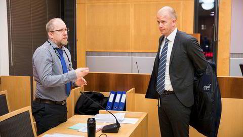 Politiadvokat Hans Petter Pedersen Skurdal i samtale med forsvarer Svein Holden før retten ble satt.
