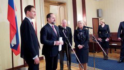 Naturressurs- og miljøminister Sergej Donskoj, med tolken helt til venstre, møtte næringsminister Monica Mæland i Moskva torsdag, det første møtet på toppnivå på fire år.