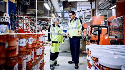 Produksjonsarbeider Bente Haugen og konsernsjef Morten Fon i Jotun registrerer økt salg av husmaling, mens konsernet sliter innen shipping og offshore.