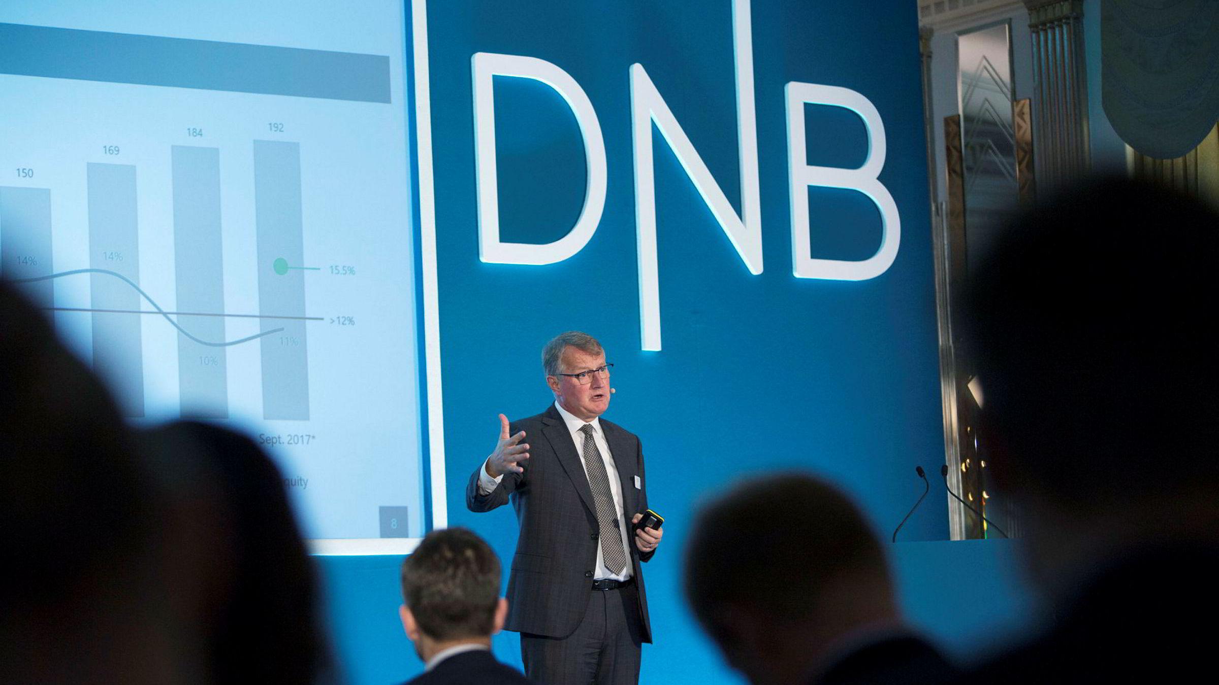 Rune Bjerke leder Norges største bank, med et overskudd på over 20 milliarder kroner i år. Likevel får DNB ti millioner kroner i skatterabatt for å ha utviklet en ny digital lånetjeneste. Her under en tale i London.