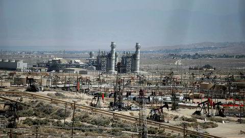 Amerikansk oljeproduksjon kan ventes å ligge på mer enn 10 millioner fat per dag i gjennomsnitt i 2018. Her fra et skiferoljefelt i Monterey i Midway Sunset oljefeltet i California.