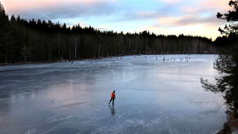 I mangel av snø i Oslo-området er det mange som benyttet vannene i Marka til skøyteturer.