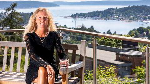Administrerende direktør Grethe W. Meier i Privatmegleren tror sjøhytteprisene i attraktive områder kan stige mer enn 20 prosent i 2020. Her på egen terrasse med utsikt mot Bunnefjorden.