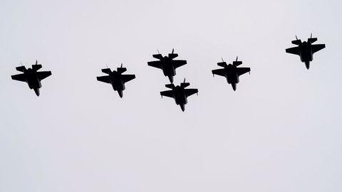 F-35 flyr over Akershus festning under 75-årsmarkeringen for frigjøringen 8. mai. Handlingsrommet er blitt enda mindre som følge av koronakrisen og et dramatisk valutatap for Forsvaret, skriver artikkelforfatteren.