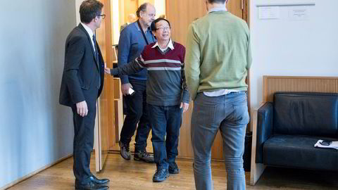 Ngoc Minh Dinh er båtflyktningen fra Vietnam som ble gründer av fingersensorer og er nest største aksjonær i Next Biometrics. Nå vitner han i innsidesaken mot Ola Rollén i Oslo tingrett. Her er han med journalister og advokater på vei ut av retten under en pause i forhandlingene.