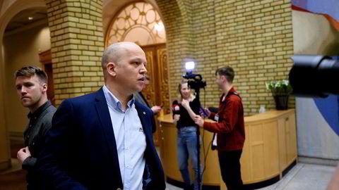 Trygve Slagsvold Vedum(Sp) kommer med sine reaksjoner på at FrP går ut av regjeringen i vandrehallen på Stortinget.