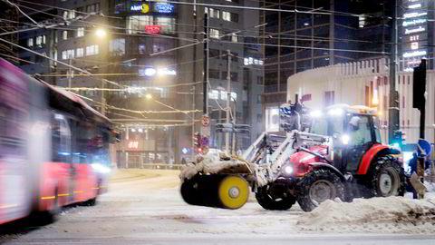 Jernbanetorget i Oslo ble brøytet i morgentimene etter nattens snøfall.