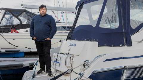 Narvikingen Mike Jostein Jakobsen vant frem i lagmannsretten etter tap i tingretten for en ødelagt båtmotor. – De dømte ut fra sakens innhold, mener Jakobsen her ved sin «Scand» i marinaen i Narvik.