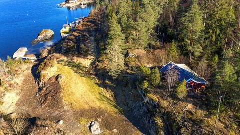 Denne hytta på Risøy i Kragerø ble solgt til prisantydning 3,25 millioner etter «kort tid», sier eiendomsmegler Tom Didrik Eriksen. Den ligger på en stor selveiet tomt, og er rivingsklar.