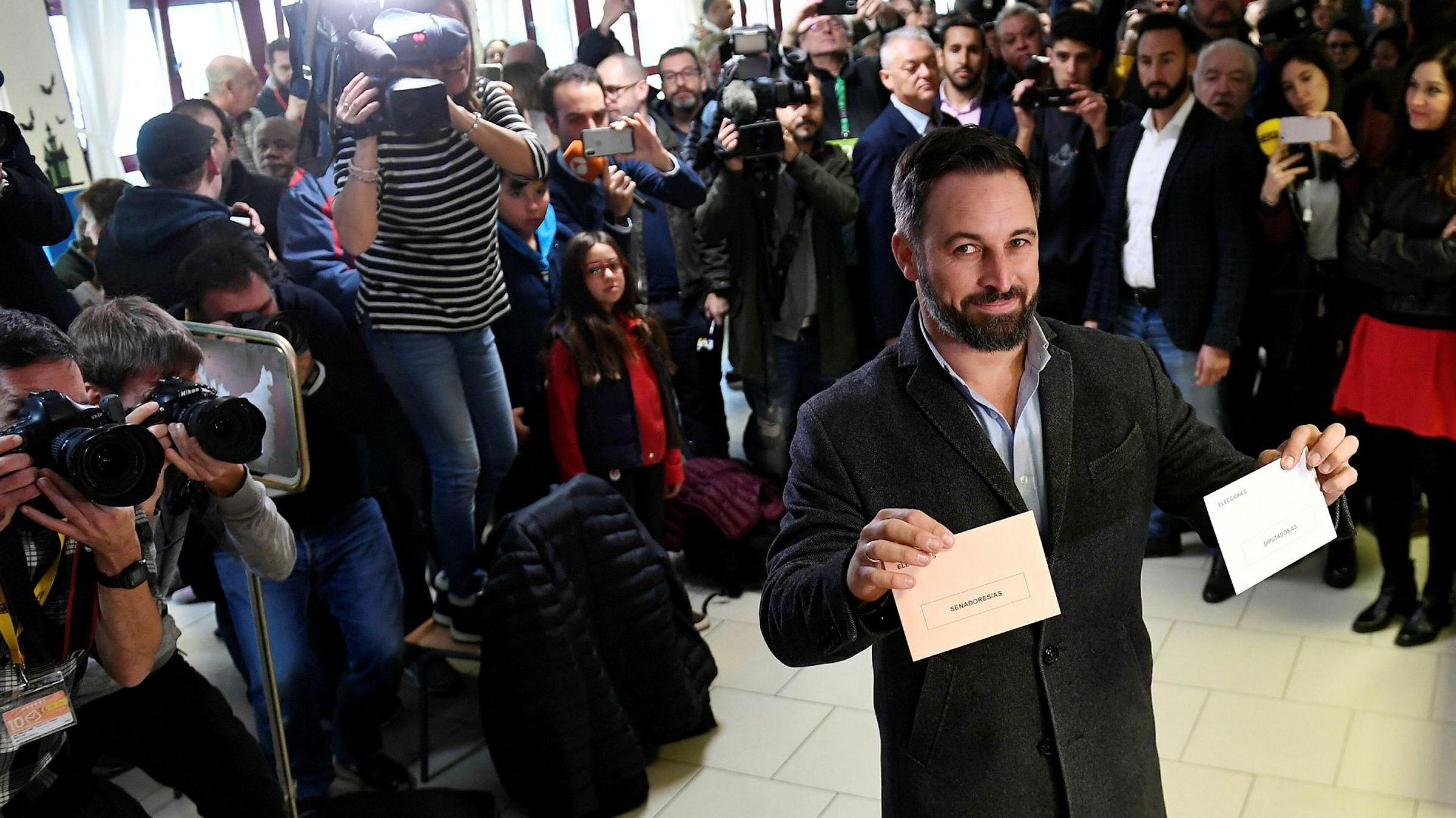 Vox' statsministerkandidat Santiago Abascal avbildet da han avla stemme i Madrid søndag.
