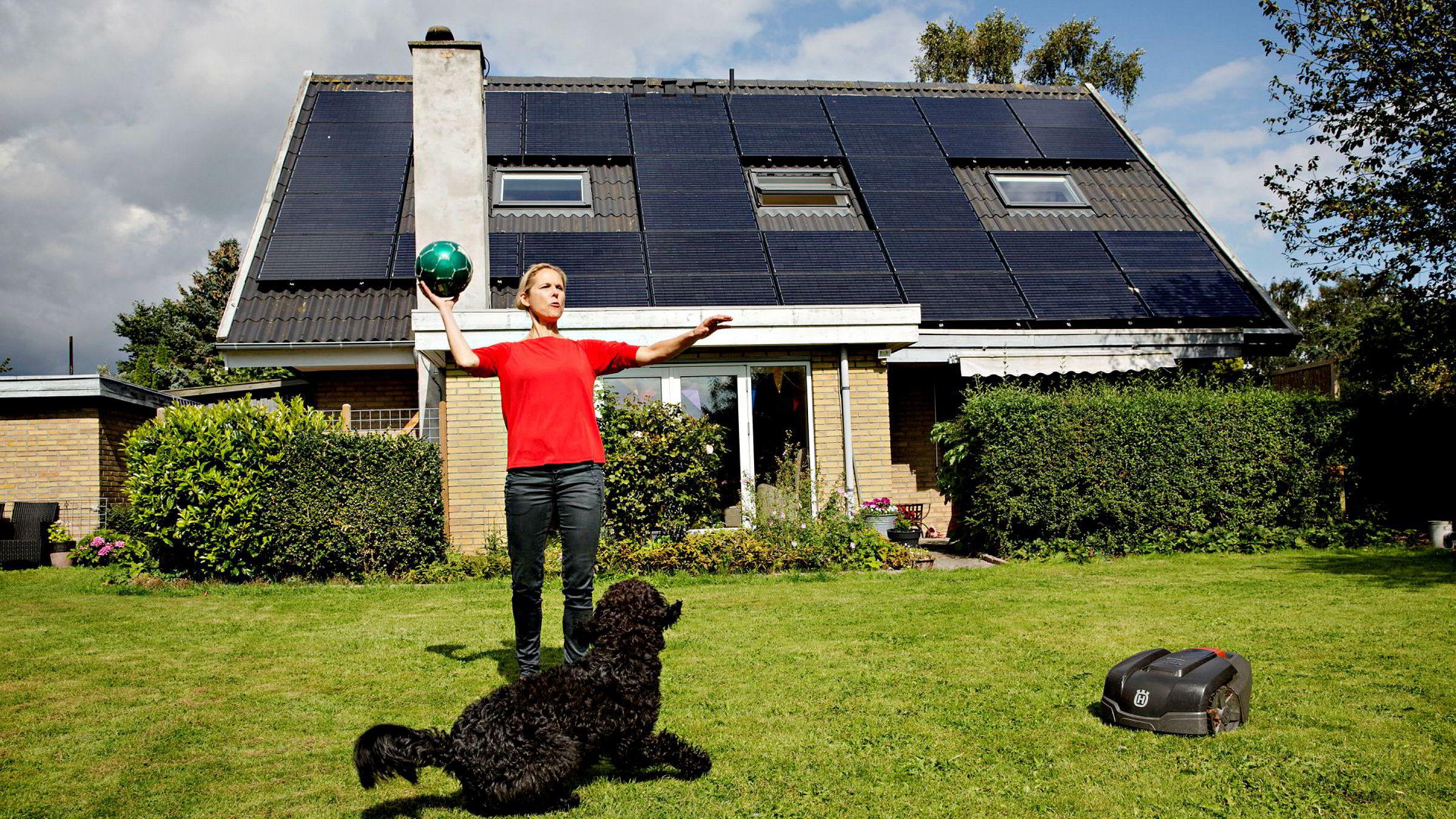 Danske Trine Kolding gir råd om effektivitet og planlegging. Her sammen med hunden Anton utenfor huset sitt i Tune i Danmark.